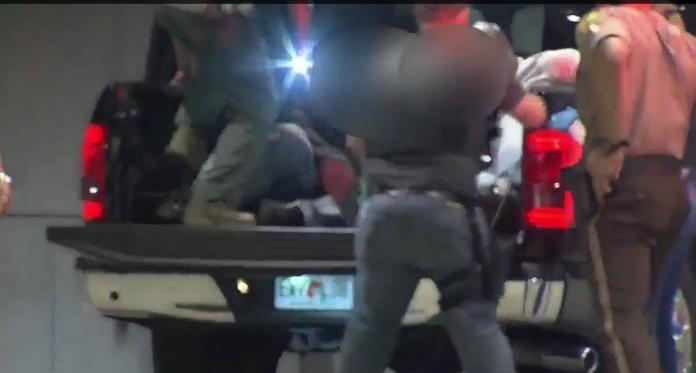 Policiais foram levados com ferimentos leves para o hospital