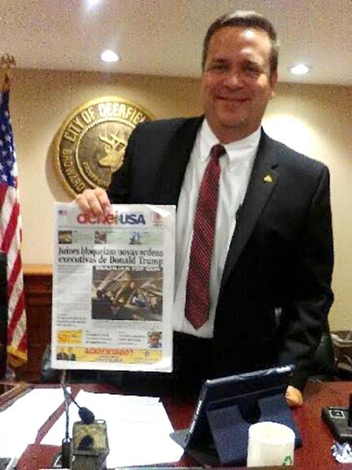 Prefeito eleito de Deerfield Beach posa com o jornal AcheiUSA