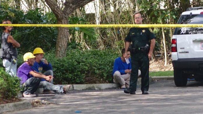 Um homem morreu e outro ficou ferido em obra na 700 West Hillsboro Bvd. em Deerfield Beach FOTO Joe Cavaretta Sun Sentinel)