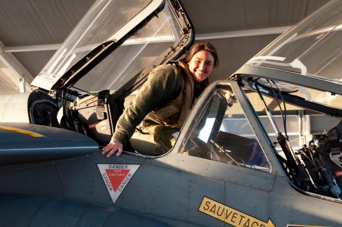 Piloto filha de brasileiros, Karen Rubin Santos, é hoje instrutora da Base da Força Aérea dos EUA em Columbia, no Mississipi