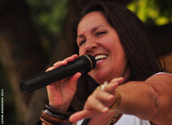A artista Kenia Acioly é natural de Nova Iguaçu, no Rio de Janeiro, e tem a música em suas raízes