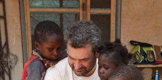 Artur Moreira com as crianças de Koforidua