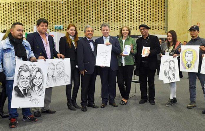 Cartunista Jorge Grosso do lado esquerdo do presidente da Colômbia