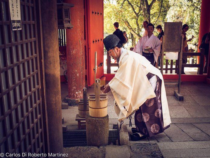Monge entrando no Templo em Nara, Japão