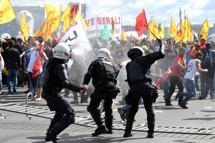 Manifestantes confrontam a polícia - Foto Evaristo Sá:AFP