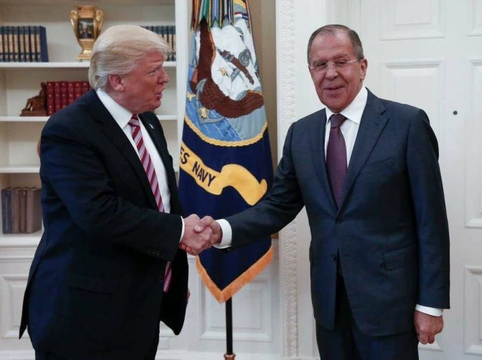 O presidente Donald Trump recebe Serguei Lavrov na Casa Branca Foto: Russian Foreign Ministry via AP