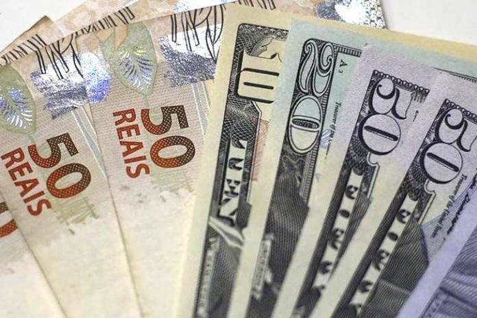 Segundo o boletim Focus, do Banco Central, a expectativa é de que o dólar irá cair ao longo de 2021
