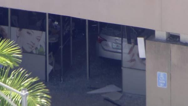 Carro entrou no salão e feriu quatro pessoas