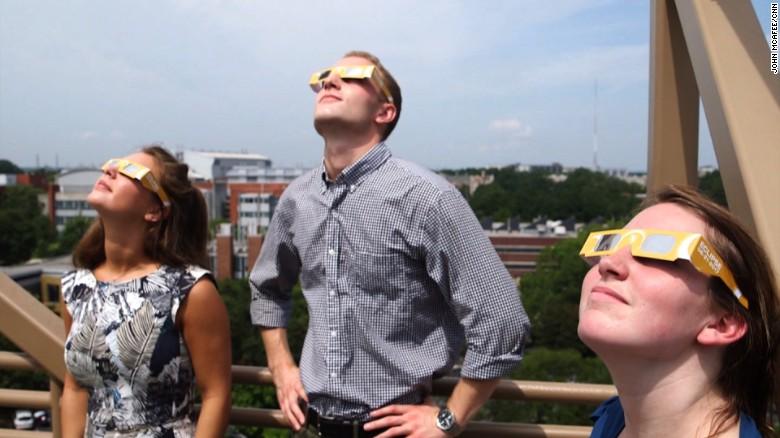 """Nunca olhe diretamente para o sol. Coloque óculos específicos para tal, os """"eclipse glasses"""""""