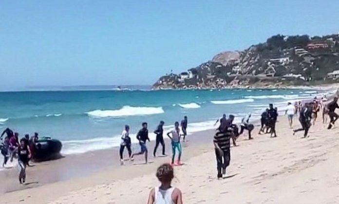 Imigrantes chegam à costa espanhola (Foto: AP)