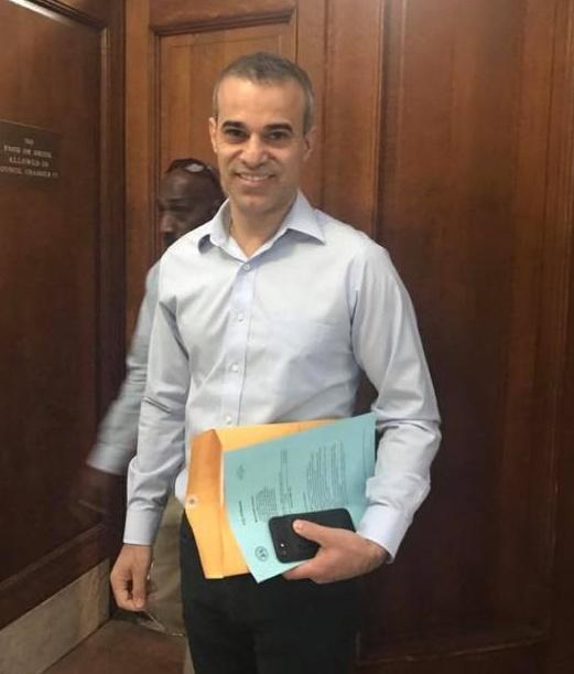 José Moreira na sede da Prefeitura de Newark, na quarta-feira (2)