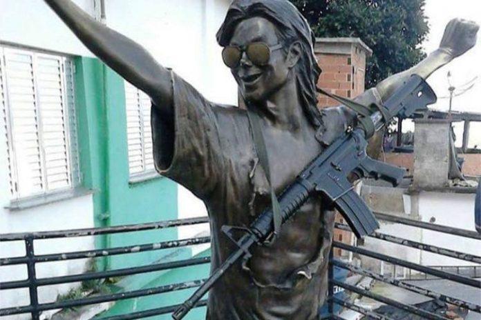 O cantor gravou clipe no Morro Dona Marta em 1996