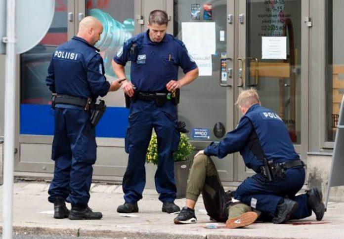 Polícia atende uma pessoa ferida em Turku