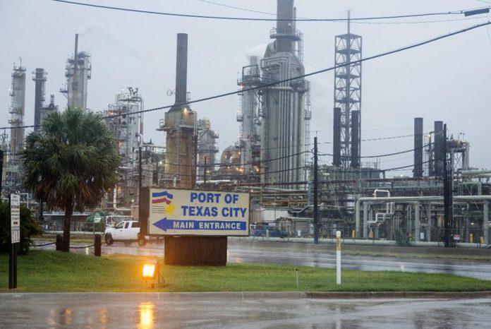 Refinarias no Texas estão paralisadas pela tempestade Harvey