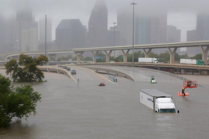 Rodovia inundada em Houston (Foto: Reuters)
