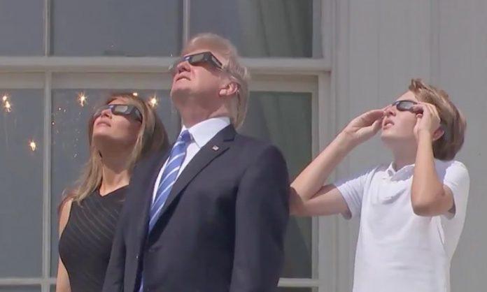 Trump assistiu da Casa Branca