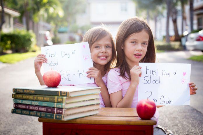 Na foto, as irmãs Isabela Cook de quatro anos e Gabriela Cook, de 7 anos, estão animadas para o início das aulas FOTO: MARY HART PHOTO