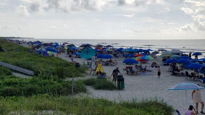 Praia próxima a Charleston já está lotada