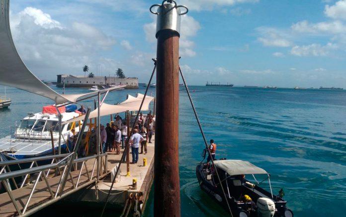 Lancha com pessoas resgatadas chegam ao terminal naútico