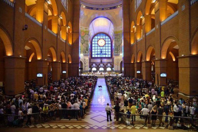Fieis lotaram a basílica de Nossa Senhora Aparecida