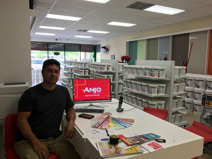 Jorge Carvalho é o proprietário da loja Home Paints em Deerfield Beach