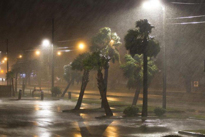 Nate foi rebaixado à categoria de tempestade tropical, na manhã de domingo (8)