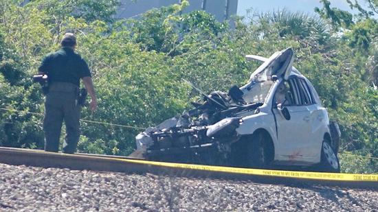 Os dois ocupantes do carro morreram. no acidente. Foto: Sunsentinel