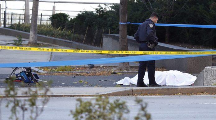 Policial próximo a corpo em NY foto AP Photo