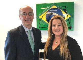 Embaixador e a diretora Andrea Cunha