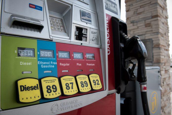O preço médio por um galão de gasolina regular é de $2.55