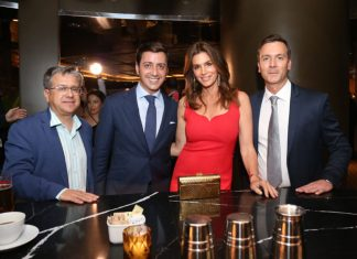 Cindy Crowford, o vice-presidente da empresa, Eduardo Cosentino, Santiago Alfonso e Massimo Ballucchi