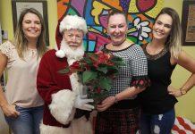 Francisco Rodrigues, o Papai Noel da comunidade brasileira nos EUA, com Ana Paula Franco, Esterliz Nunes e Fernanda Maiolini na redação do AcheiUSA