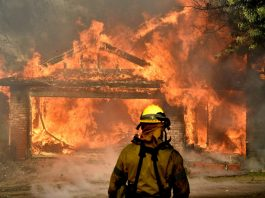 O fogo teve início a cerca de 50 milhas a noroeste de Los Angeles