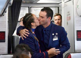 Comissários de bordo se beijam após Papa Francisco celebrar o casamento durante voo (Foto: Vincenzo Pinto/Reuters)