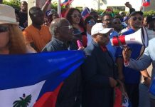 Haitianos protestam em Maralago FOTO: Sunsentinel