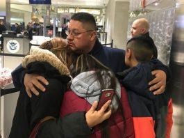 Jorge Garcia se despede da familia no aeroporto de Detroit FOTO Niraj Warikoo, Detroit Free Press