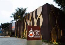 A primeira churrascaria Fogo de Chão foi aberta no Brasil em 1979. Atualmente, a rede opera 38 restaurantes nos Estados Unidos e 9 no Brasil