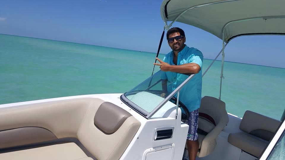 Carlos Ferreira oferece passeios de barcos para turistas na região de Clearwater