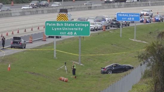 Carro rodou na pista e foi parar no gramado, vítima estava ferida dentro do veículo FOTO Joe Cavaretta- Sun Sentinel