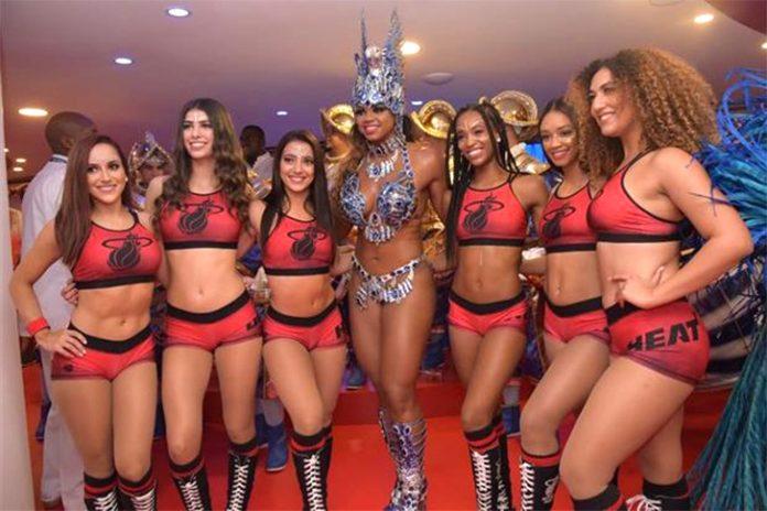 Cheerleaders do Miami Heat com rainha da Portela