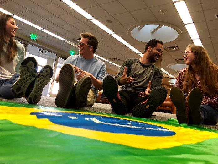 Estudantes membros de Bate-Papo se reúnem toda semana para praticar a língua portuguesa