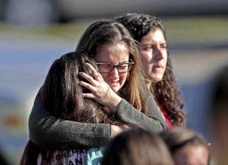 Familiares em desespero na porta da escola FOTO John McCall Sunsentinel