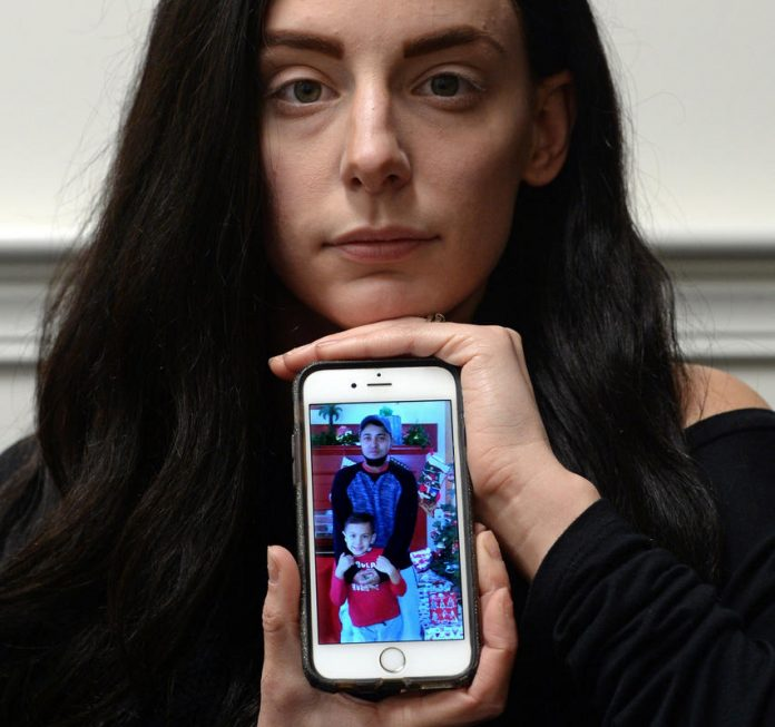 Karah de Oliveira mostra uma foto de seu marido e o filho dos dois FOTO Christopher Evans, Boston Herald