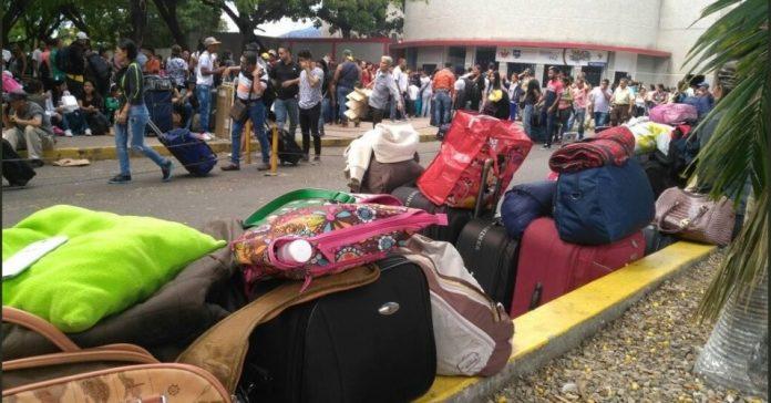 Com malas e pertences, mais de 37 mil venezuelanos entram na Colômbia em 1 dia