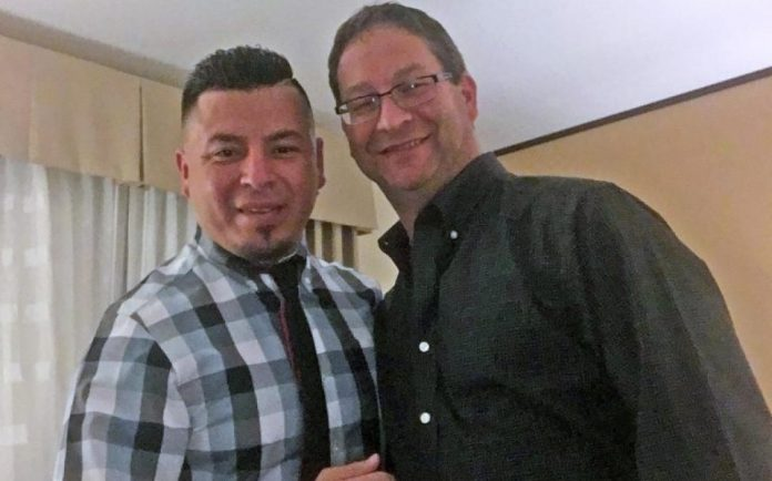 Mexicano (à esquerda) com o marido