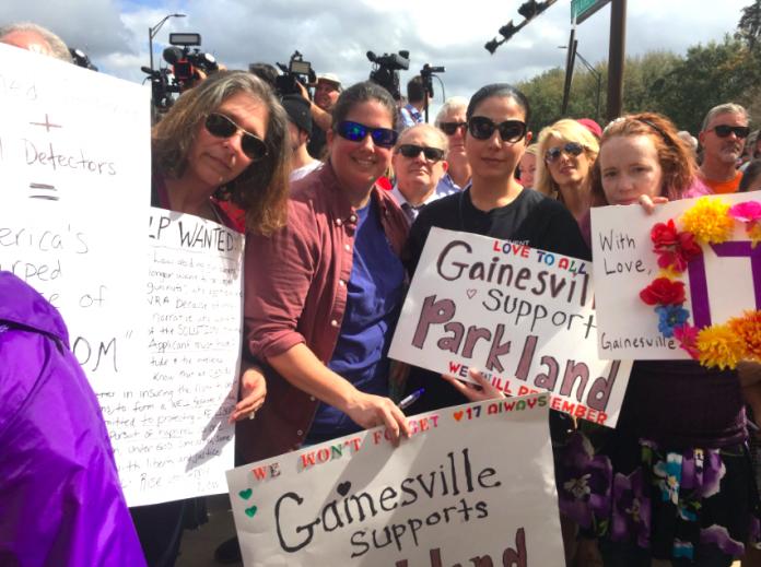 Moradores de Gainesville apoiam estudantes em manifestação em Tallahassee