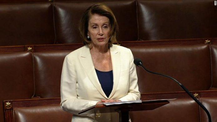 Nancy Pelosi diante do plenário (Foto: Reprodução CNN)