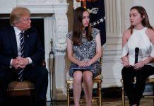 O presidente dos EUA, Donald Trump, ouve estudantes de escolas onde ocorreram massacres durante reunião na Casa Branca, na quarta-feira (21) Foto Reuters Jonathan Erns