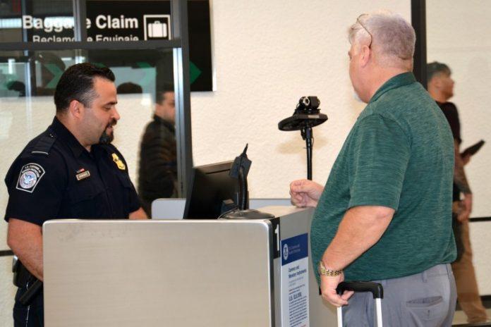 Passageiro passa pelo novo sistema de identificação facial do MIA Foto: Divulgação MIA