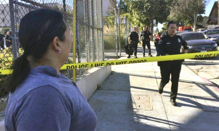 Policia fechou a rua onde aconteceu o tiroteio (Foto: Lee Myers/AP)